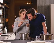 Cucinare insieme per risvegliare la passione.