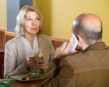 Cos'è il phubbing e perché rischia di rovinare i rapporti sociali?